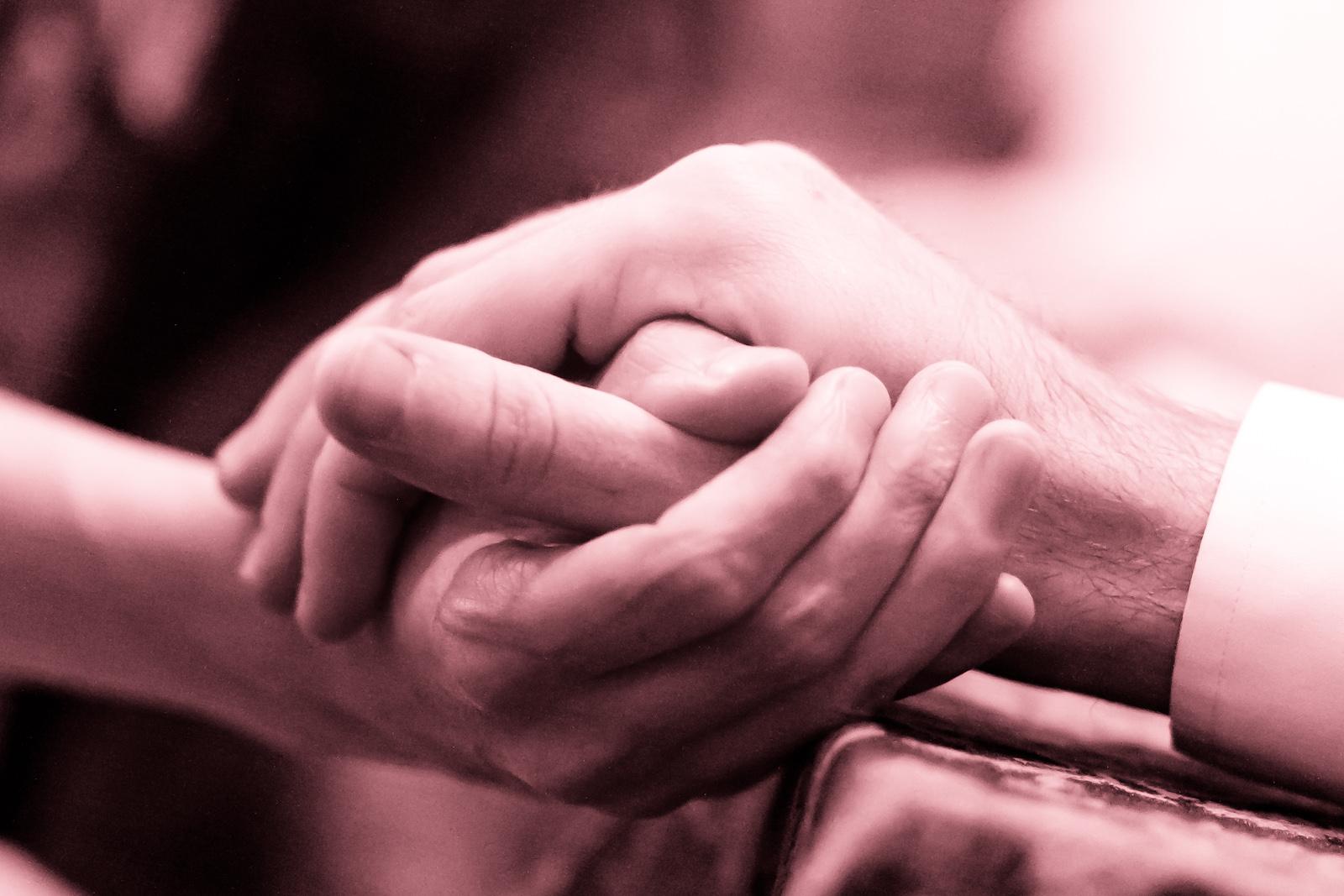 Engaged hands. Av Kenneth Lu. CC-BY
