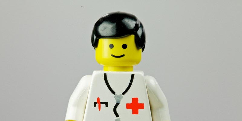 Lege med stetoskop rundt halsen