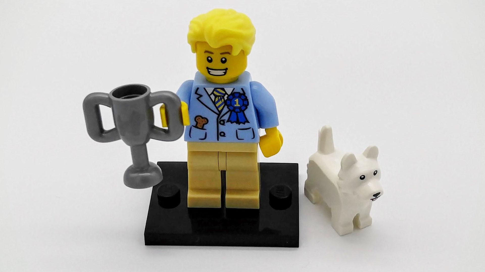 Legomann viser fram et trofe.