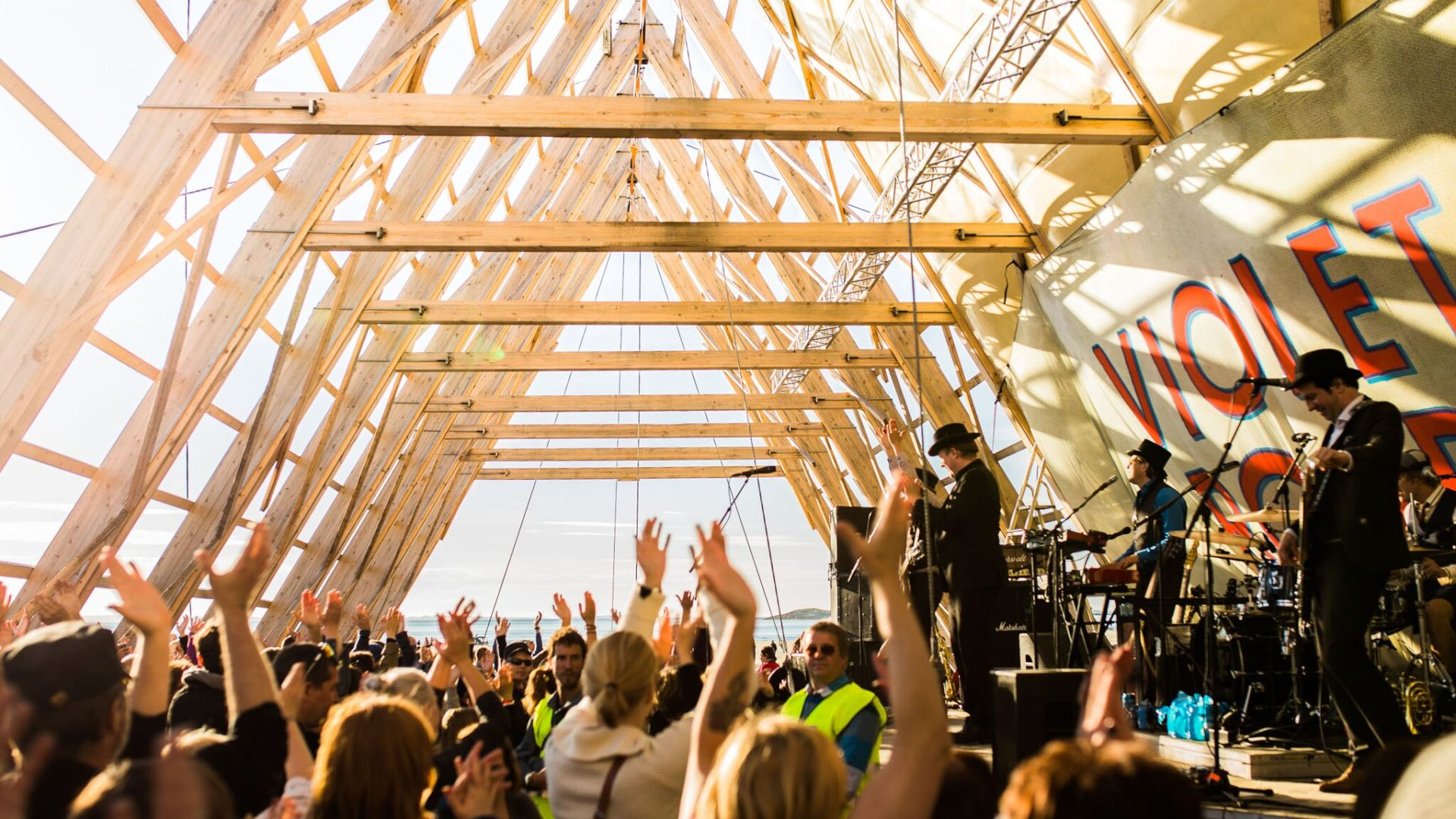 Masse folk på festival og god stemning.